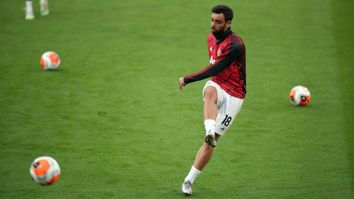 LONDON, ENGLAND - JULY 16: Bruno Fernandes of Manchester United warms up prior to during the Premier League match between Crystal Palace and Manchester United at Selhurst Park on July 16, 2020 in London, England. Football Stadiums around Europe remain empty due to the Coronavirus Pandemic as Government social distancing laws prohibit fans inside venues resulting in all fixtures being played behind closed doors. (Photo by Peter Cziborra/Pool via Getty Images)
