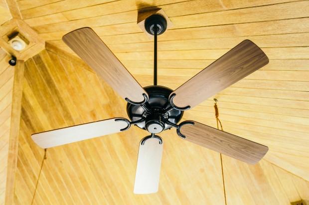 Memasang kipas angin dalam ruangan akan membantu sirkulasi udara dalam ruangan mengalir baik.