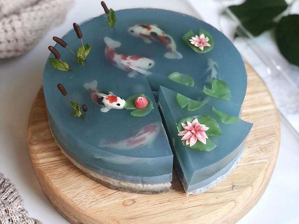 Cantik! Baker Ini Bikin Kue Transparan Tema Ikan Koi