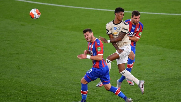 LONDON, ENGLAND - JULY 16: Marcus Rashford of Manchester United is tackled by Joel Ward of Crystal Palace and James McArthur of Crystal Palace during the Premier League match between Crystal Palace and Manchester United at Selhurst Park on July 16, 2020 in London, England. Football Stadiums around Europe remain empty due to the Coronavirus Pandemic as Government social distancing laws prohibit fans inside venues resulting in all fixtures being played behind closed doors. (Photo by Justin Setterfield/Getty Images)