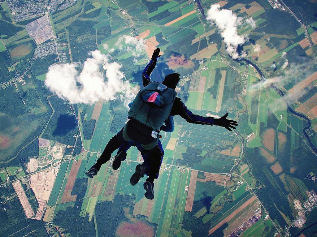 Uwu Banget!, Pria Ini Lamar Pacar dengan Skydiving