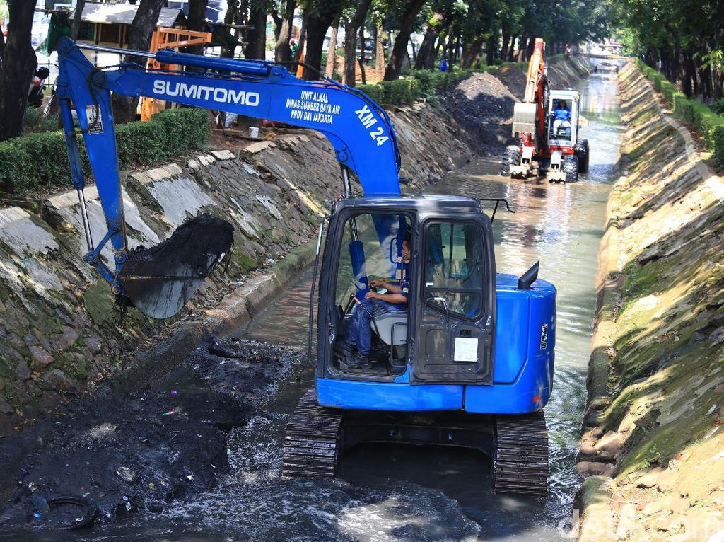Antisipasi Banjir, Lumpur Anak Sungai Ciliwung Dikeruk