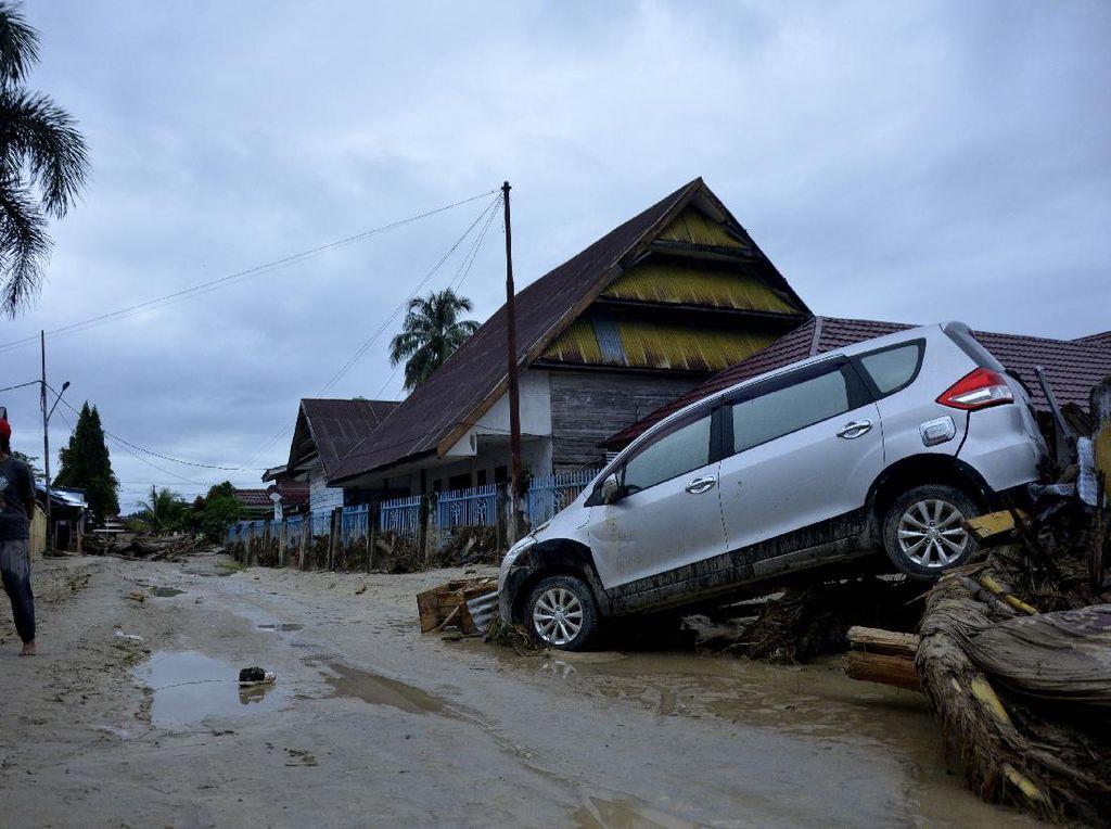 Ngenes! Mobil-mobil Ini Terseret Banjir Bandang di Luwu Utara