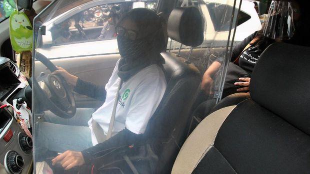 Pengemudi taksi daring menggunakan sekat pembatas saat mengantar penumpang di jalan KH.Sholeh Iskandar, Kota Bogor, Jawa Barat, Kamis (16/7/2020). Menteri Perhubungan Budi Karya Sumadi mengajak aplikator transportasi daring beserta mitra untuk mematuhi protokol kesehatan pencegahan dan penyebaran pandemi COVID-19 guna mengembalikan kepercayaan masyarakat menuju Adaptasi Kebiasaan Baru (AKB). ANTARA FOTO/Arif Firmansyah/NZ