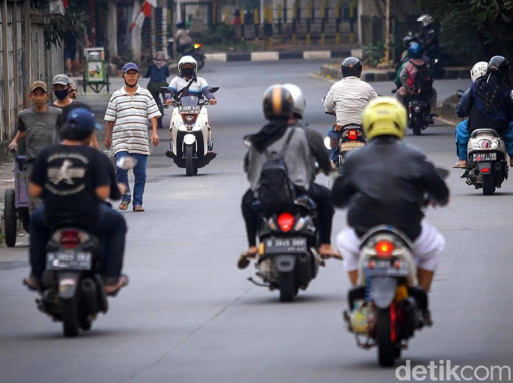 Pemotor Lawan Arah Menjamur di Kolong Flyover TB Simatupang