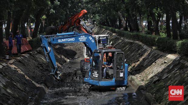 Petugas Dinas Sumber Daya Air DKI Jakarta melakukan pengerukan endapan lumpur, pasir dan sampah di Kali Minangkabau Barat, Manggarai, Jakarta, Jumat, 17 Juli 2020. Pengerukan tersebut dilakukan untuk mengantisipasi terjadinya banjir saat musim hujan tiba. CNN Indonesia/Bisma Septalisma
