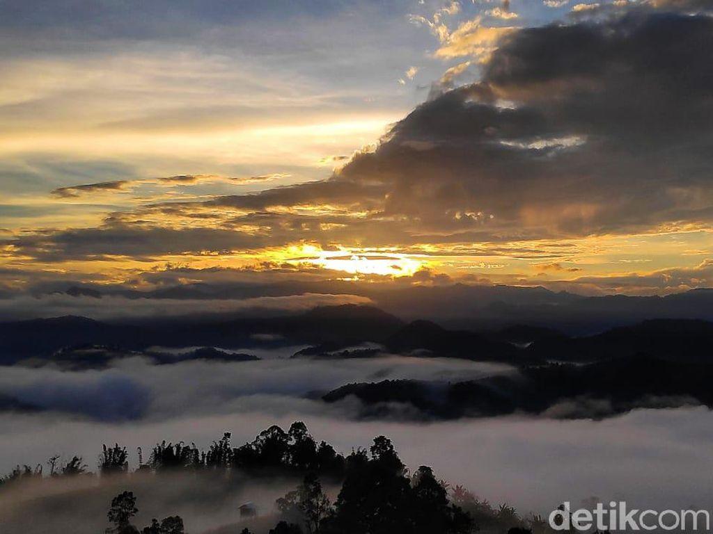 Pesona Puncak Bukit Senayan di Polman, Bak Negeri di Atas Awan