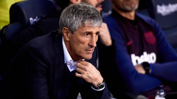 BARCELONA, SPAIN - MARCH 07: Head Coach Quique Setien of FC Barcelona looks on before the Liga match between FC Barcelona and Real Sociedad at Camp Nou on March 07, 2020 in Barcelona, Spain. (Photo by Alex Caparros/Getty Images)