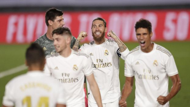 Real Madrid players celebrate after winning the Spanish La Liga 2019-2020 following a soccer match between Real Madrid and Villareal at the Alfredo di Stefano stadium in Madrid, Spain, Thursday, July 16, 2020. (AP Photo/Bernat Armangue)