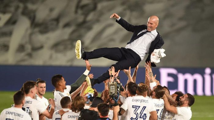 MADRID, SPAIN - JULY 16: Real Madrid head coach Zinedine Zidane is thrown up in the air by his players after Madrid secure the La Liga title during the Liga match between Real Madrid CF and Villarreal CF at Estadio Alfredo Di Stefano on July 16, 2020 in Madrid, Spain. (Photo by Denis Doyle/Getty Images)