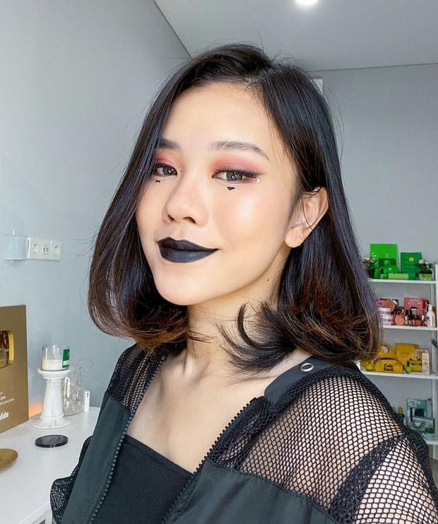 Tak hanya berisi konten game, Jessica Jane juga kerap mengisi akun YouTube miliknya dengan konten lain, salah satunya makeup.