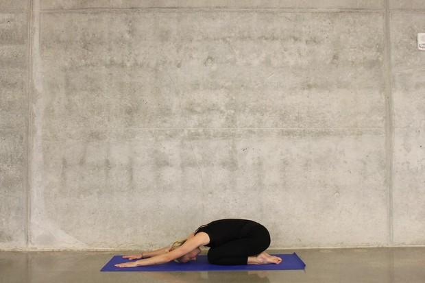 Child's pose merupakan gerakan yang membantu menghilangkan nyeri punggung bawah, memperkuat tulang belakang, dan menenangkan otot punggung.