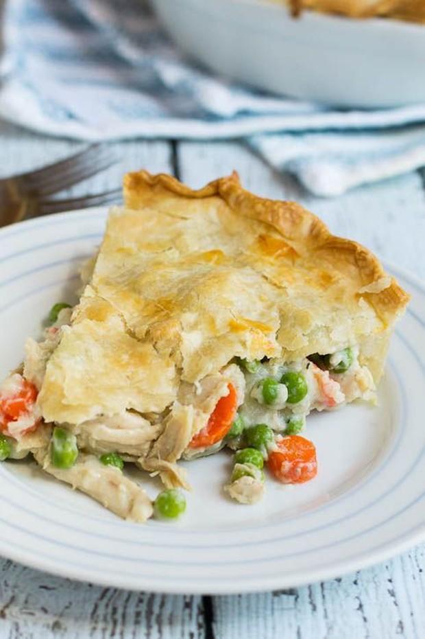 Visual dari chicken pot pie mirip apple pie dan zuppa soup.