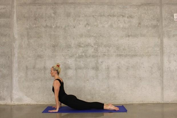 Untuk melakukan gerakan cobra stretch, ambil posisi tengkurap, lalu gunakan kedua tangan untuk mengangkat setengah tubuh atau tubuh bagian depan.