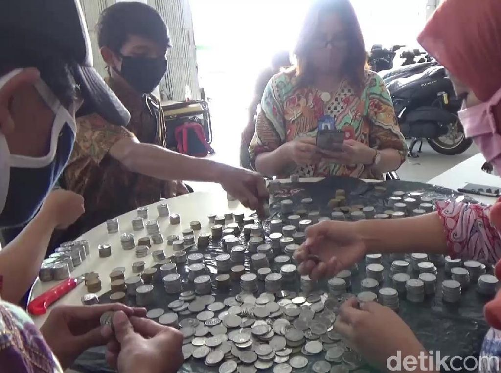 Warga Banyuwangi Beli NMAX Pakai Uang Koin, Dealer Kerahkan 6 Petugas Hitung