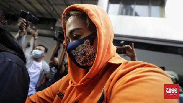 Petugas Polda Metro Jaya menunjukan tersangka CW beserta barang bukti dua paket sabu dalam jasus dugaan penyalahgunaan narkotika. Jakarta, Sabtu, 18 Juli 2020.