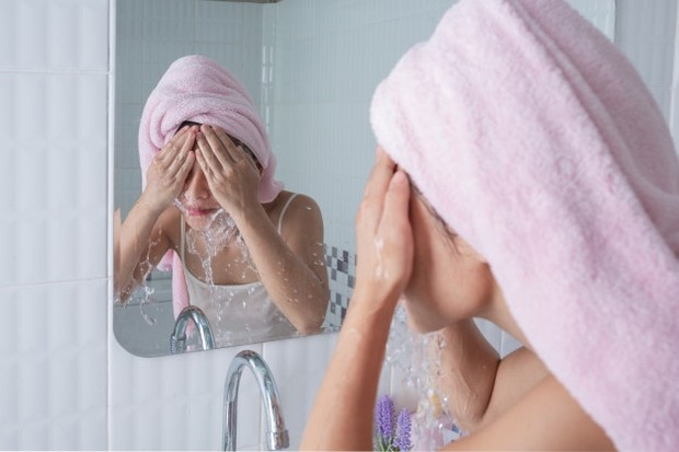 Jangan mencuci wajah dengan air hangat