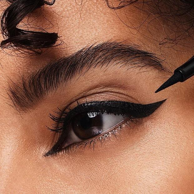 Trik membuat winged eyeliner.