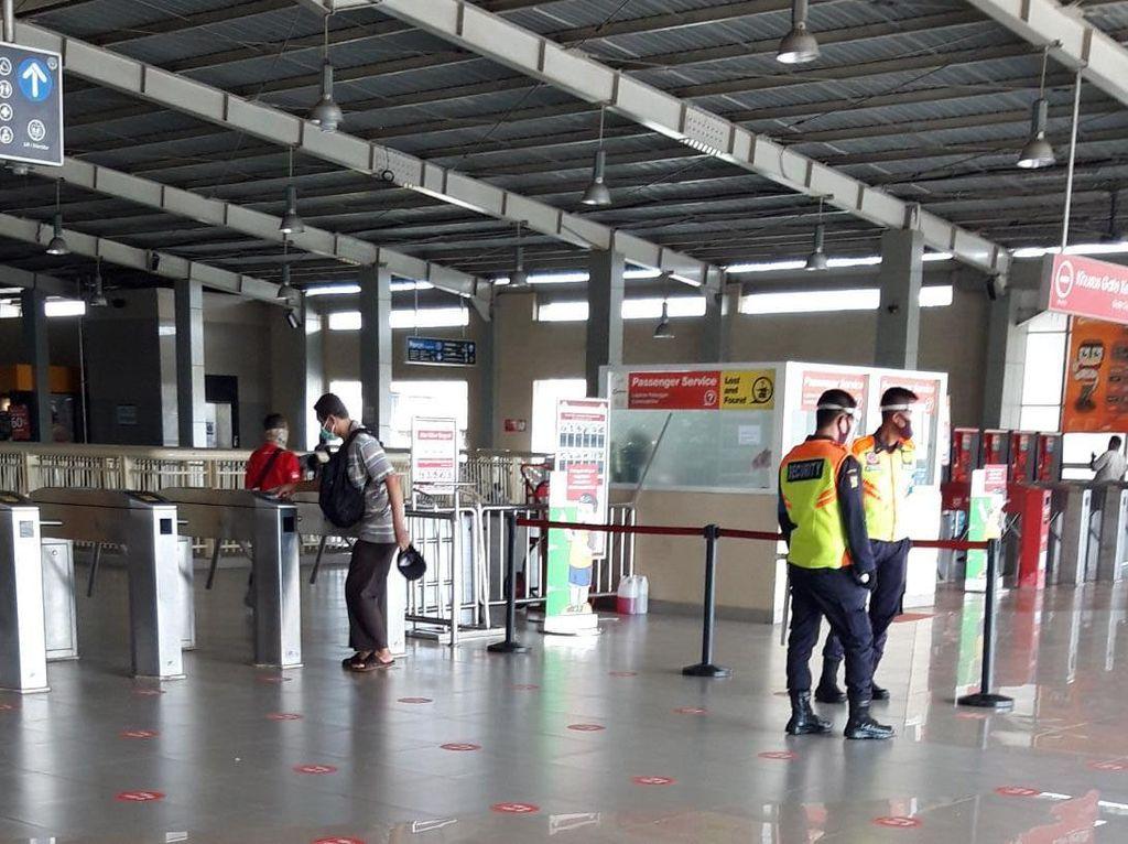 Jelang Larangan Baju Lengan Pendek di KRL, Begini Suasana di Stasiun Kebayoran