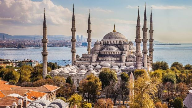 Exterior view of the famous Sultan Ahmet or Blue Mosque in Istanbul, Turkey.