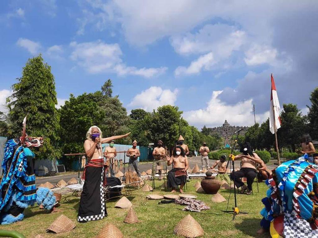 3 Seniman Tampilkan Pertunjukan Lelaku Ning Urip di Candi Borobudur