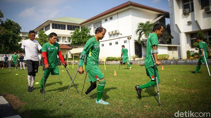 Sejumlah pemain tim sepakbola amputasi atau Indonesia Amputee Football (INAF) tengah berlatih di Pusrehab Bintaro, Jakarta.