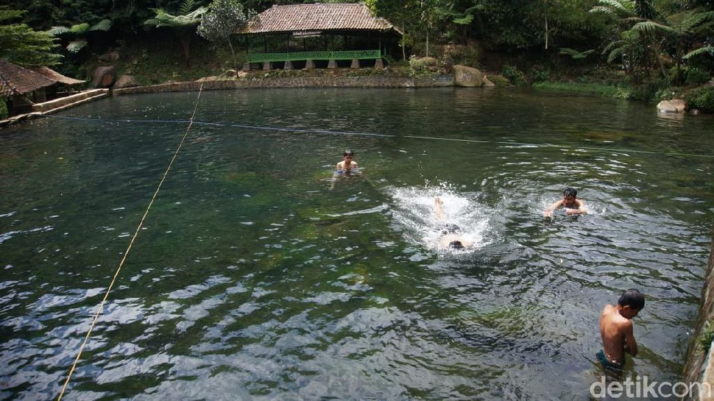 Foto: Kolam Alami yang Asyik di Bandung Barat