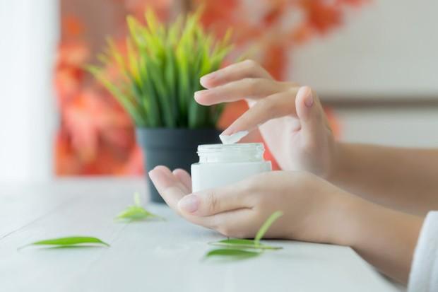 menggunakan moisturizer