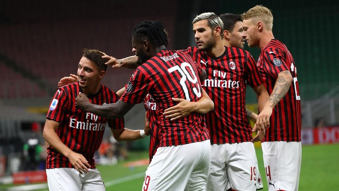 MILAN, ITALY - JULY 18:  Ismael Bennacer (L) of AC Milan celebrates his goal with his team-mates during the Serie A match between AC Milan and Bologna FC at Stadio Giuseppe Meazza on July 18, 2020 in Milan, Italy.  (Photo by Marco Luzzani/Getty Images)