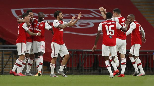 LONDON, ENGLAND - JULY 18: Pierre-Emerick Aubameyang of Arsenal celebrates with teammates after scoring his team's second goal during the FA Cup Semi Final match between Arsenal and Manchester City at Wembley Stadium on July 18, 2020 in London, England. Football Stadiums around Europe remain empty due to the Coronavirus Pandemic as Government social distancing laws prohibit fans inside venues resulting in all fixtures being played behind closed doors. (Photo by Matthew Childs/Pool via Getty Images)