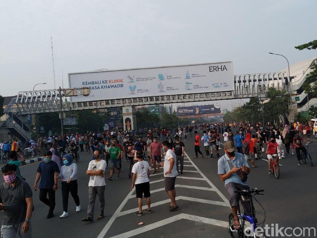 Warga Tumpah Ruah di CFD Bekasi, Ada yang Bawa Balita