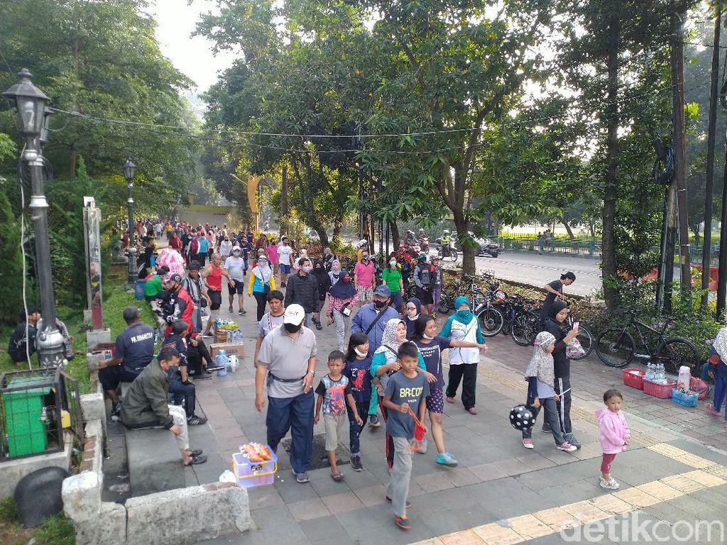 Warga Padati Pedestrian Tugu Kujang Bogor, Masih Ada yang Tak Bermasker