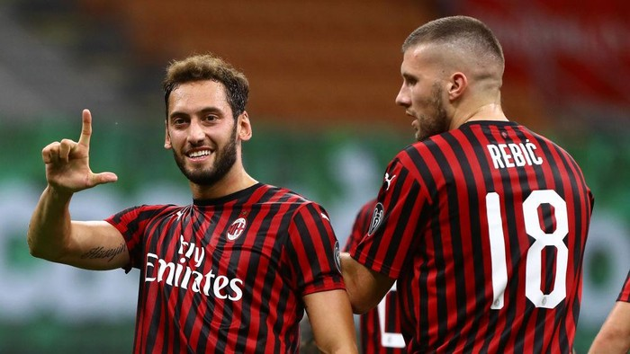 MILAN, ITALY - JULY 18:  Hakan Calhanoglu of AC Milan celebrates after scoring the second goal of his team during the Serie A match between AC Milan and Bologna FC at Stadio Giuseppe Meazza on July 18, 2020 in Milan, Italy.  (Photo by Marco Luzzani/Getty Images)