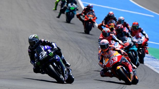 Monster Energy Yamaha' Spanish rider Maverick Vinales (L) leads at the start of the MotoGP race of the Spanish Grand Prix at the Jerez racetrack in Jerez de la Frontera on July 19, 2020. (Photo by JAVIER SORIANO / AFP)
