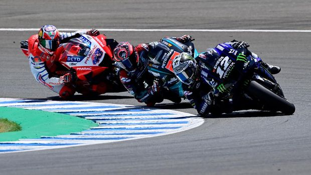 Monster Energy Yamaha' Spanish rider Maverick Vinales rides ahead of Petronas Yamaha SRT's French rider Fabio Quartararo and Pramac Racing's Australian rider Jack Miller during the MotoGP race of the Spanish Grand Prix at the Jerez racetrack in Jerez de la Frontera on July 19, 2020. (Photo by JAVIER SORIANO / AFP)