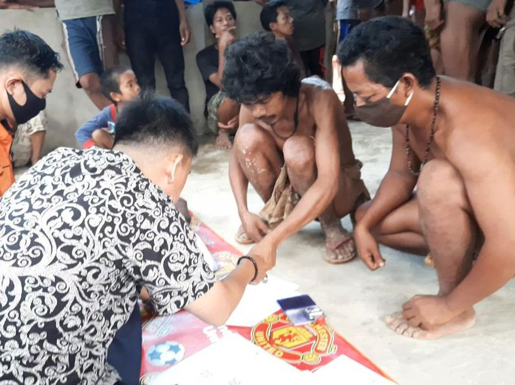 Kemensos Serahkan BST ke Ribuan Warga Suku Anak Dalam yang Tak Punya KTP
