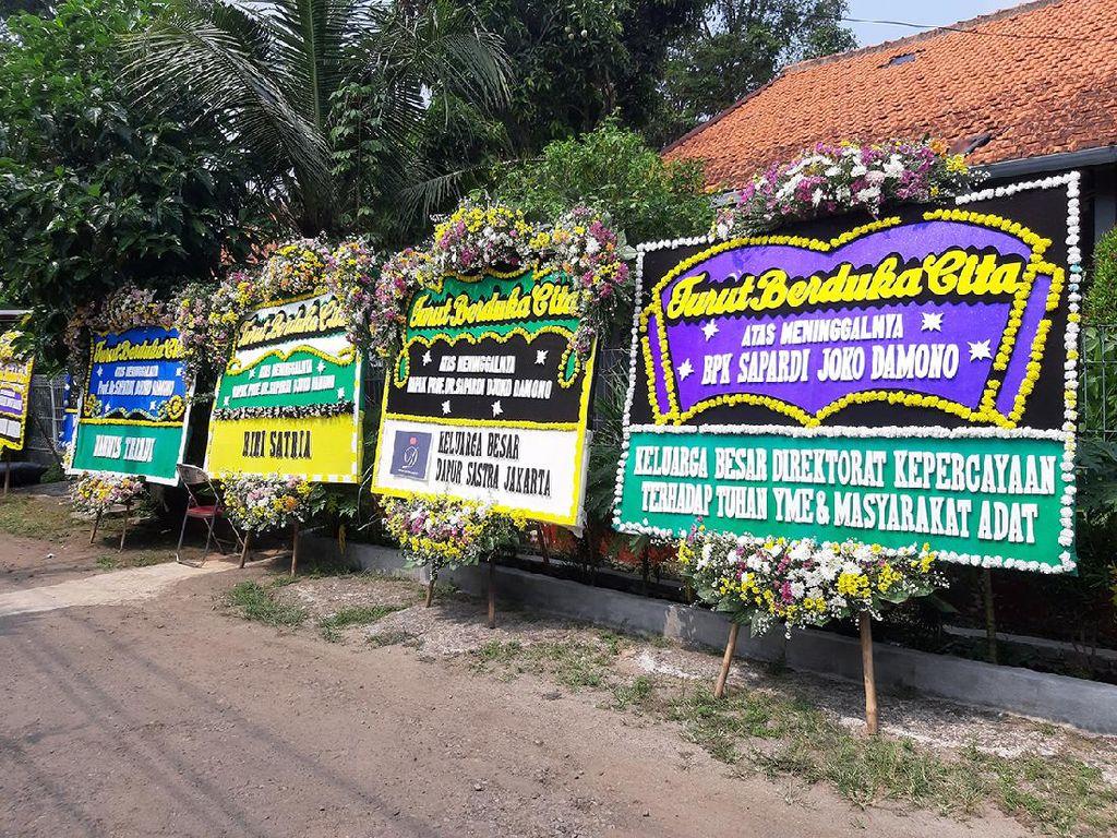 Karangan Bunga Jokowi hingga Anies Baswedan untuk Sapardi Djoko Damono