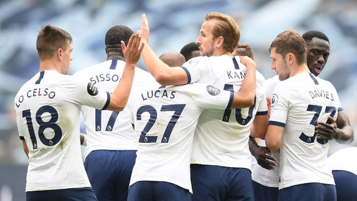 LONDON, ENGLAND - JULY 19: Harry Kane of Tottenham Hotspur celebrates after he scores his teams third goal during the Premier League match between Tottenham Hotspur and Leicester City at Tottenham Hotspur Stadium on July 19, 2020 in London, England. Football Stadiums around Europe remain empty due to the Coronavirus Pandemic as Government social distancing laws prohibit fans inside venues resulting in all fixtures being played behind closed doors. (Photo by Michael Regan/Getty Images)