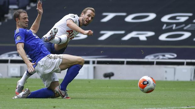 Tottenham's Harry Kane, 2nd left, scores his side's second goal during the English Premier League soccer match between Tottenham Hotspur and Leicester City, at the Tottenham Hotspur Stadium in London, Sunday, July 19, 2020. (Richard Heathcote/Pool Photo via AP)