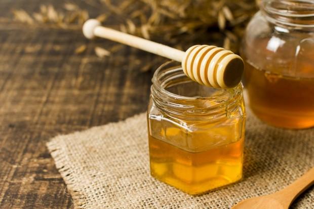 kandungan glukosa dan fruktosa pada madu dapat membentuk jaringan atau kolagen baru.