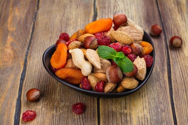 Membawa cemilan sehat dapat mencegah dari keinginan untuk jajan makanan yang kurang sehat.