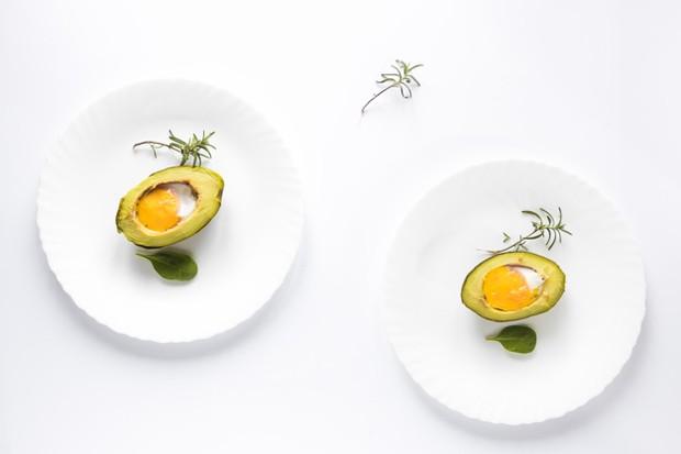 tinggi protein dan mengandung banyak nutrisi telur alpukat panggang merupakan resep sarapan rendah karbohidrat termudah