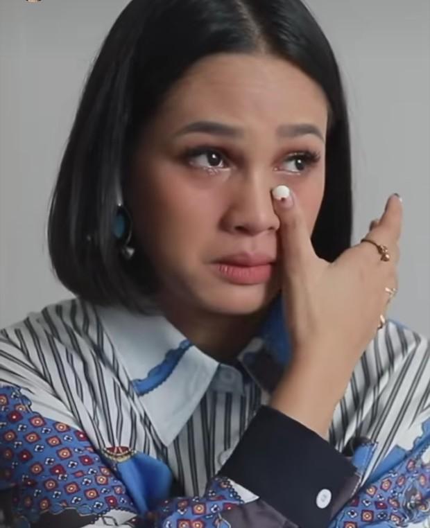 Penyanyi Andien Aisyah terlihat tak kuasa menahan air mata ketika mendengarkan lagu terbaru BCL.