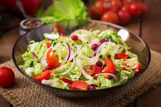 Salad sayur menjadi pilihan terbaik untuk sarapan tanpa karbohidrat yang dapat membantu menurunkan berat badan