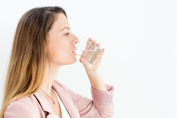 Perbanyak mengonsumsi air putih saat bekerja agar tetap fokus dan semangat menjalani kerja shift malam.