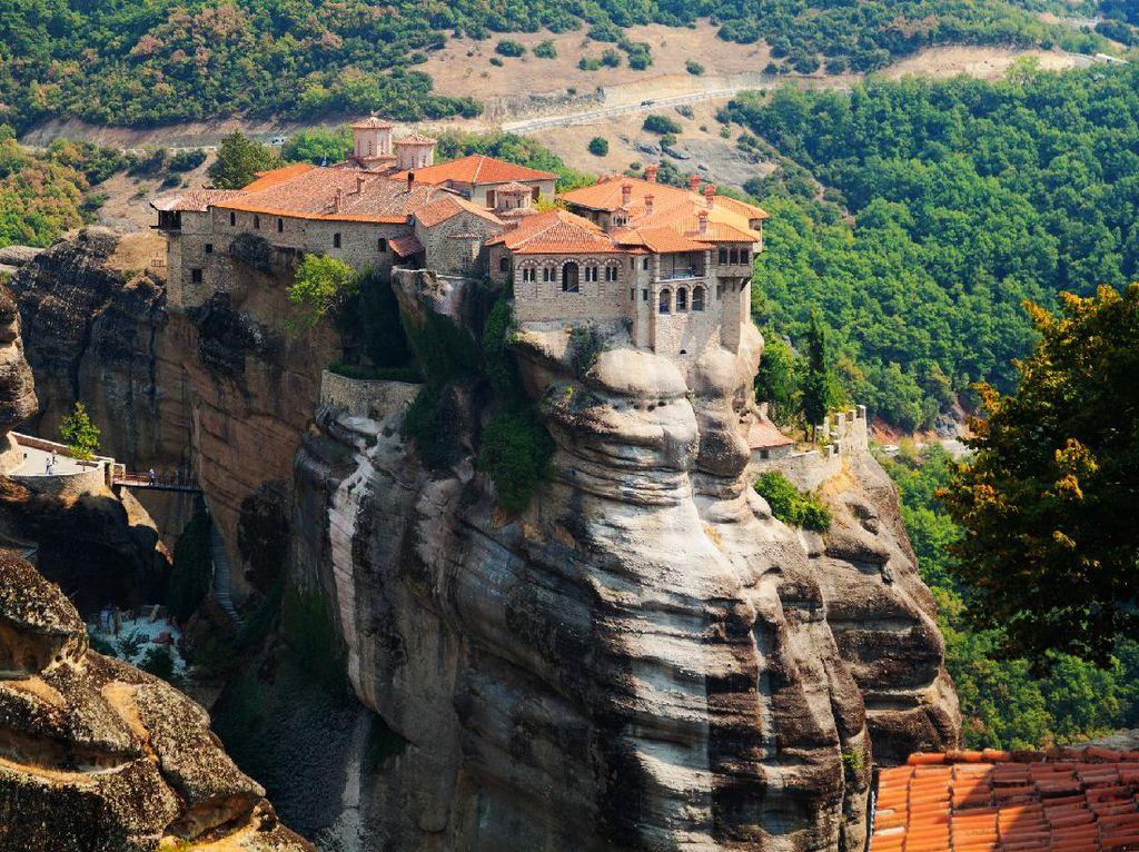 Heboh! Instagram Unggah Meteora dan Biara Melayang di Atas Langit