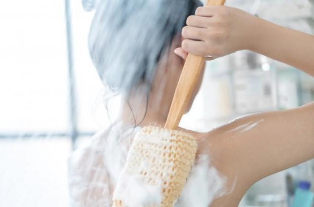 mandi air hangat akan menimbulkan efek powering down yang membuat otot-otot tubuh terasa rileks.