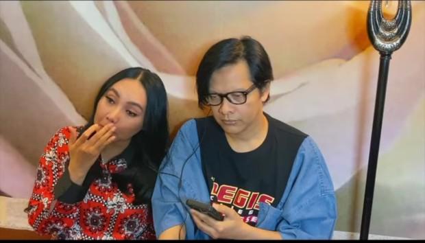 Dewi Gita tampak menangis dan menyapu air mata saat mendengarkan lagu terbaru 12 Tahun Terindah dari BCL.