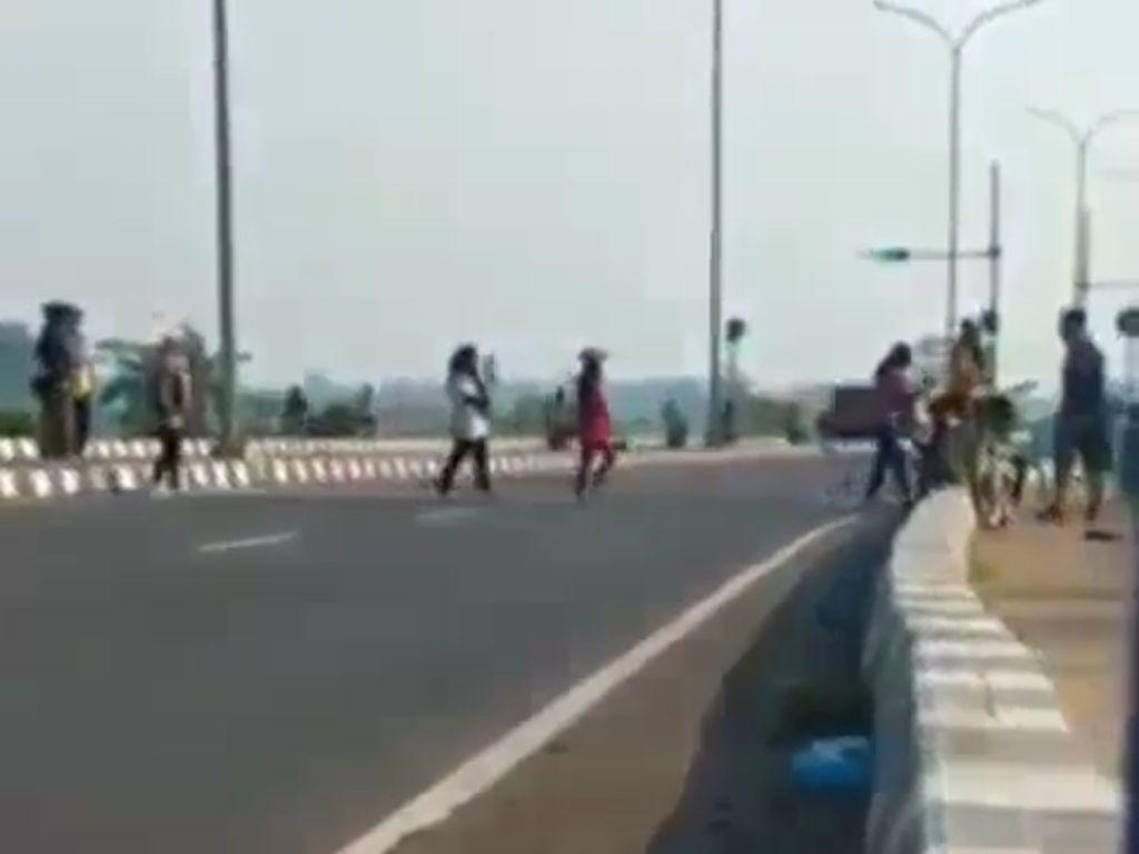 Polisi Panggil 7 Emak-emak yang Main TikTok di Exit Tol