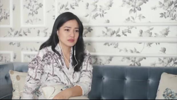 Titi Kamal beberapa kali terlihat menyeka air matanya ketika mendengar single BCL.